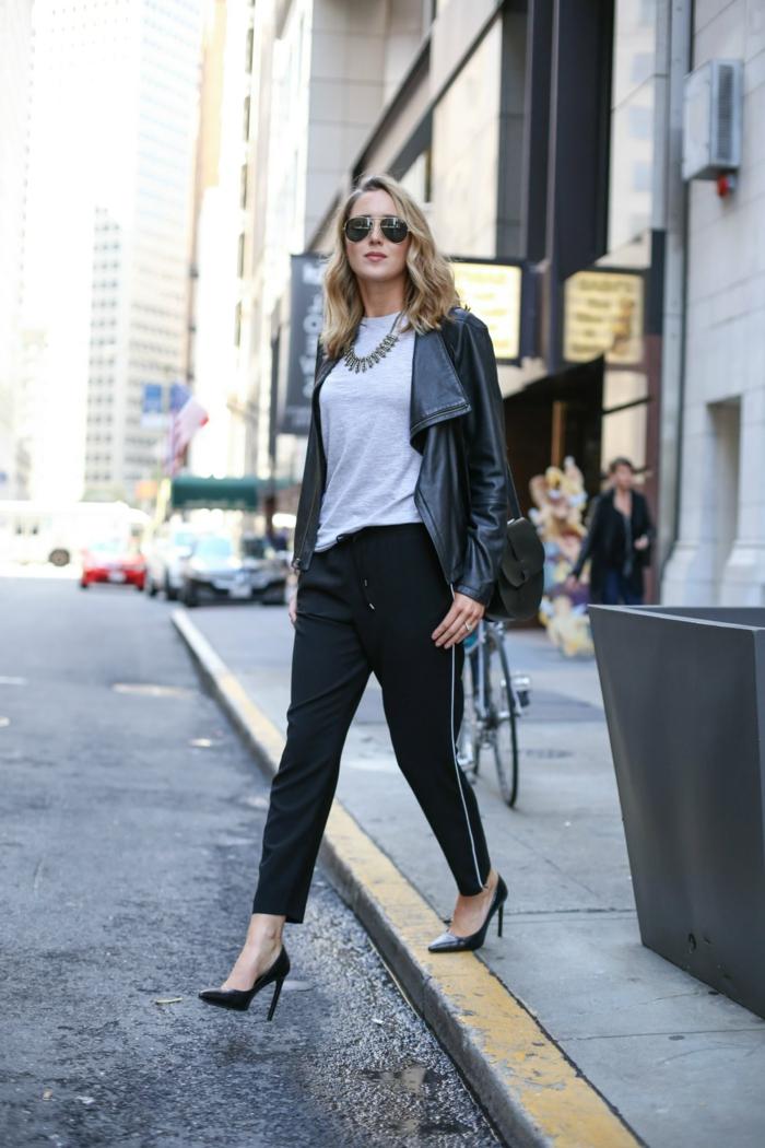 que mettre avec un pantalon noir, blouse grise, chaussures à talons, cheveux blonds bouclés