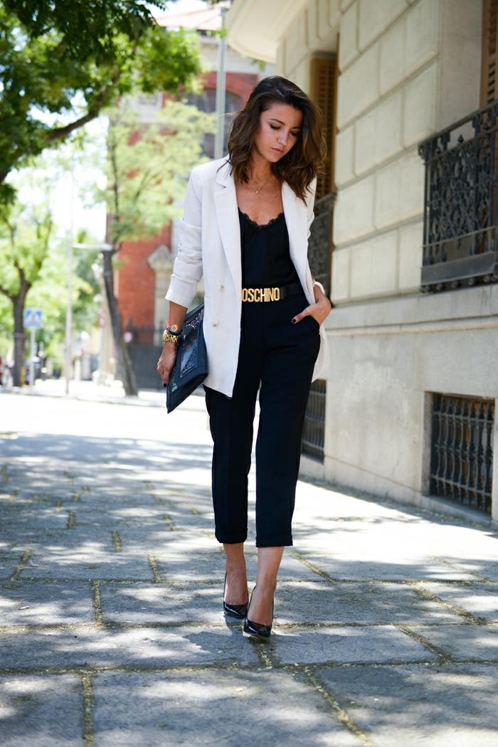 chaussure costume, ceinture Moschino, pantalon 7/8, blazer blanc long, pochette noire, montre en or