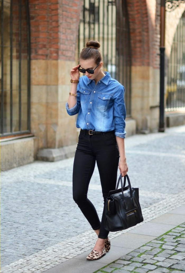 que mettre avec un pantalon noir, cheveux brunes, lunettes de soleil noires, lèvres rouges, sac à main en cuir, chemise en jeans