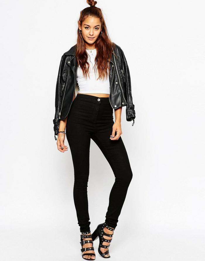 que mettre avec un pantalon noir, sandales noires avec studs, top blanc, veste en cuir noir, mi-chignon, cheveux cuivrés