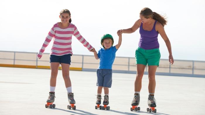 sport pour maigrir, patin à roulettes, blouse rayée en rose et blanc, débardeur violet, shorts verts, t-shirt bleu