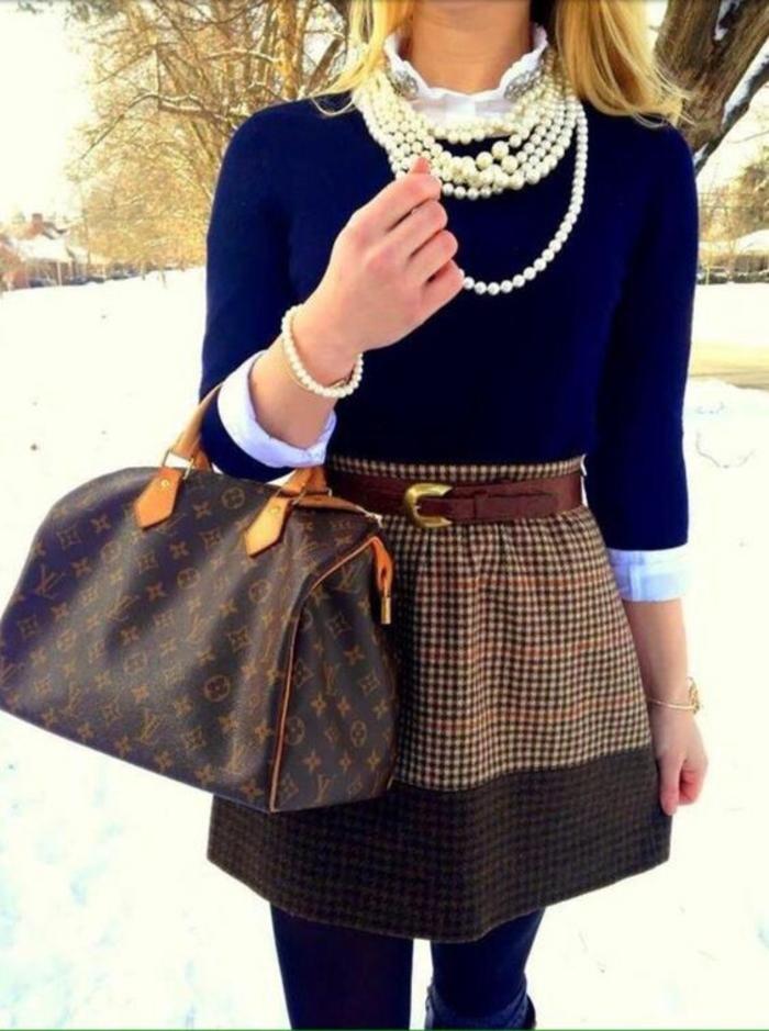 des colliers en perles avec un sac Louis Vuitton et une jupe aux memes motifs avec pull bleu électrique