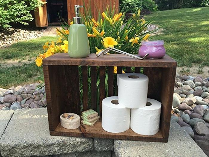 rangement accessoires toilette, rouleau de papier toilette, savon, idée etagere salle de bain exterieur, projet cagette bois