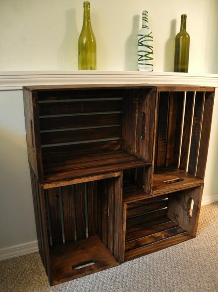 etagere cagette, plusieurs caisses marron, tapis gris, bouteilles en verre, meuble composé de quatre cagettes, rangées sur l horizontal et sur le vertical