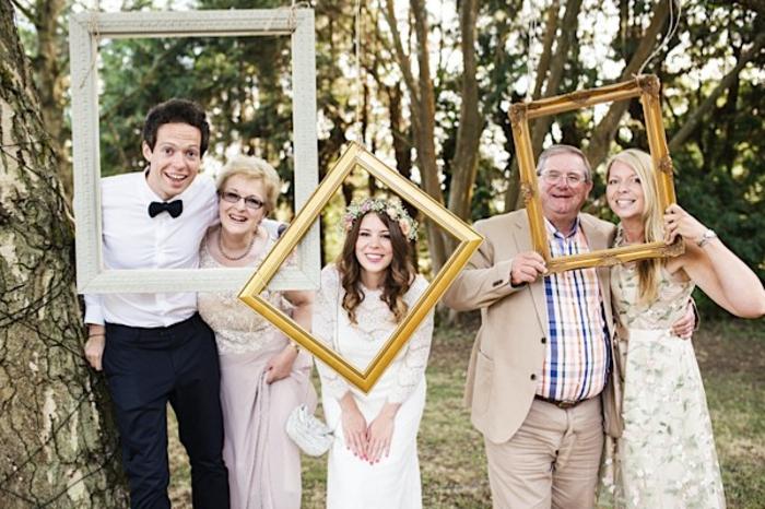 une séance de photos réalisée avec cadres suspendus, idée pour un alternative de photomaton mariage