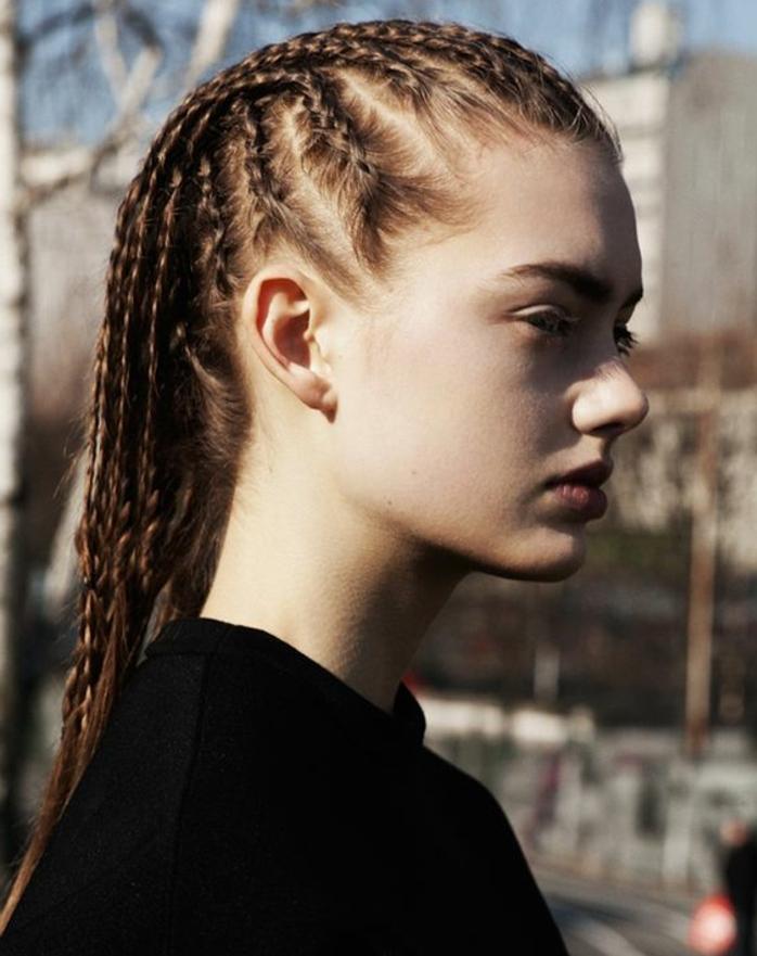 fille avec plusieurs tresses africaines, cheveux longs roux, fille peau blanche, yeux verts, tenue noire, look swag