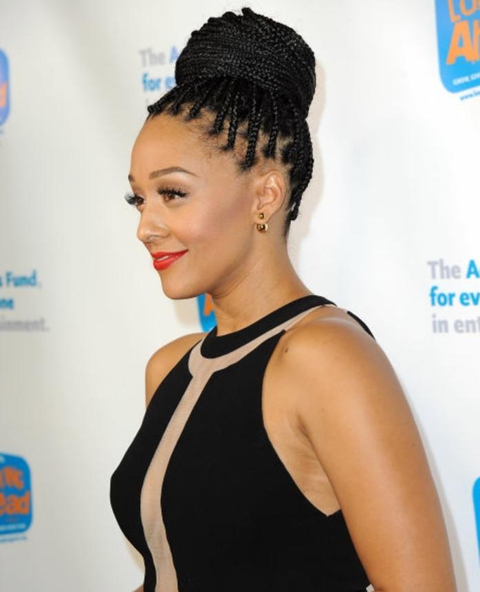 chignon tressé haut, composé de plusieurs tresses collées, idée de coiffure femme afro, cheveux crépus