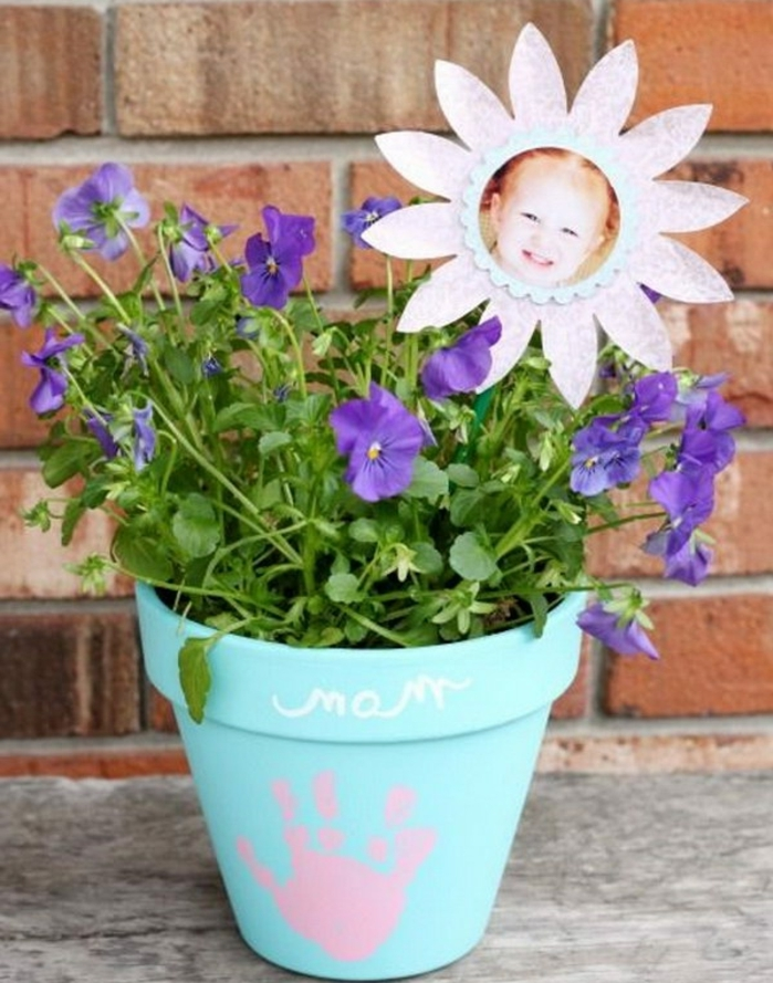 pot de fleur repeint et customisé, empreinte de main bébé, fleurs violette, cadre photo fleur en papier, photo enfant