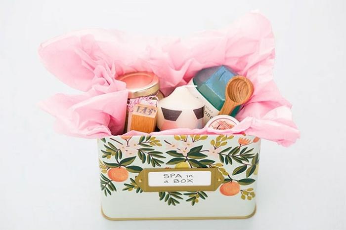 kit spa dans une boite à motifs floraux, papier de soie, huiles, bougie, cadeau fête des mères à fabriquer