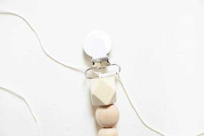 idée de cadeau original pour un baby shower, une attache-tétine diy en perles bois