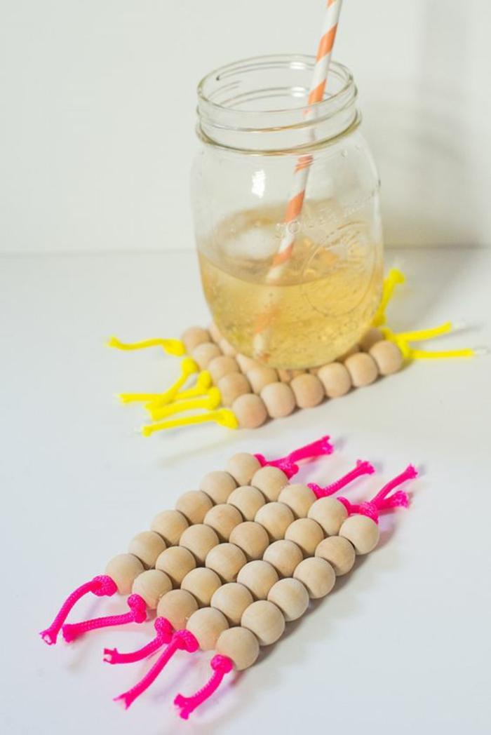 un dessous de plat réalisé avec perles bois et et de la corde fluo