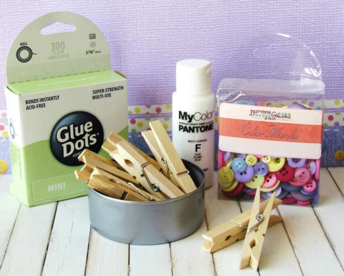 jolie décoration de Pâques, transformer une boîte de conserve en joli panier, que faire avec des pinces à linge en bois et une boîte de conserve recyclée