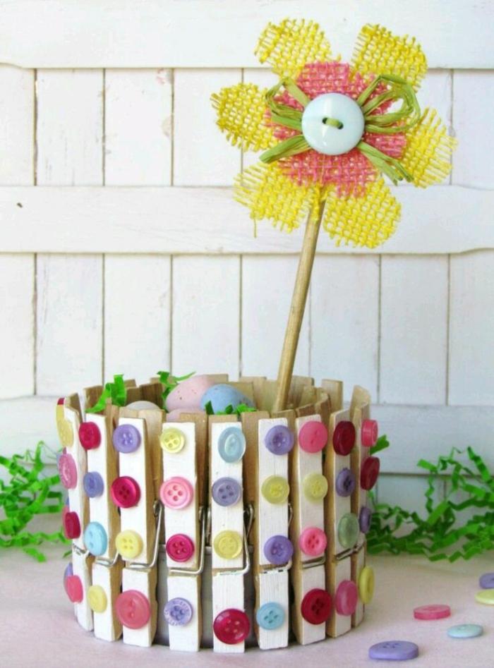 bricolage récupération de pâques avec boîte de conserve et pinces à linges en bois, panier de pâques diy en boîte de conserve décorée avec des pinces à linge et des boutons