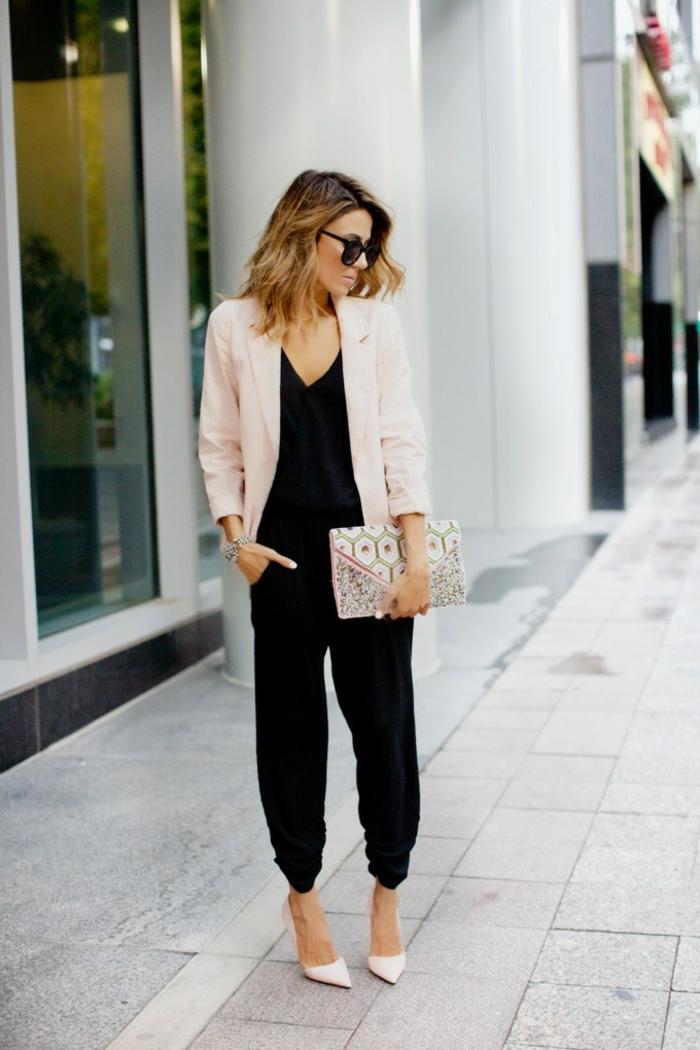 pantalon femme fluide, lunettes de soleil noires, coiffure balayage, manucure blanche, bracelet en argent