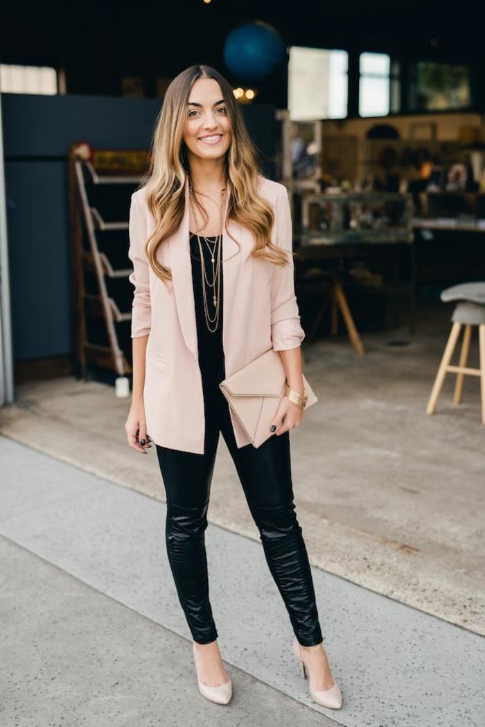 pantalon cuir femme, blazer beige pastel, collier long en or, cheveux balayage, chaussure beige