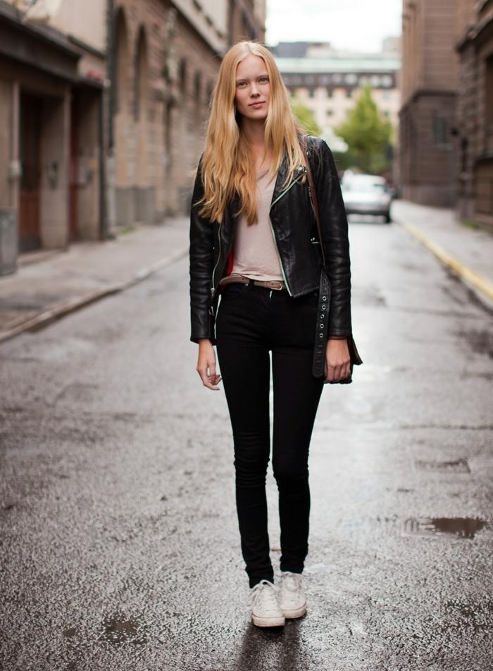 pantalon taille haute, cheveux blonds, t-shirt beige, veste en cuir noir, ceinture marron