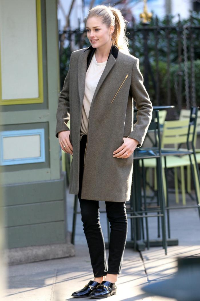 slim cuir, escarpins noirs, veste grise avec col noir, chemise blanche, cheveux blonds, bague en argent