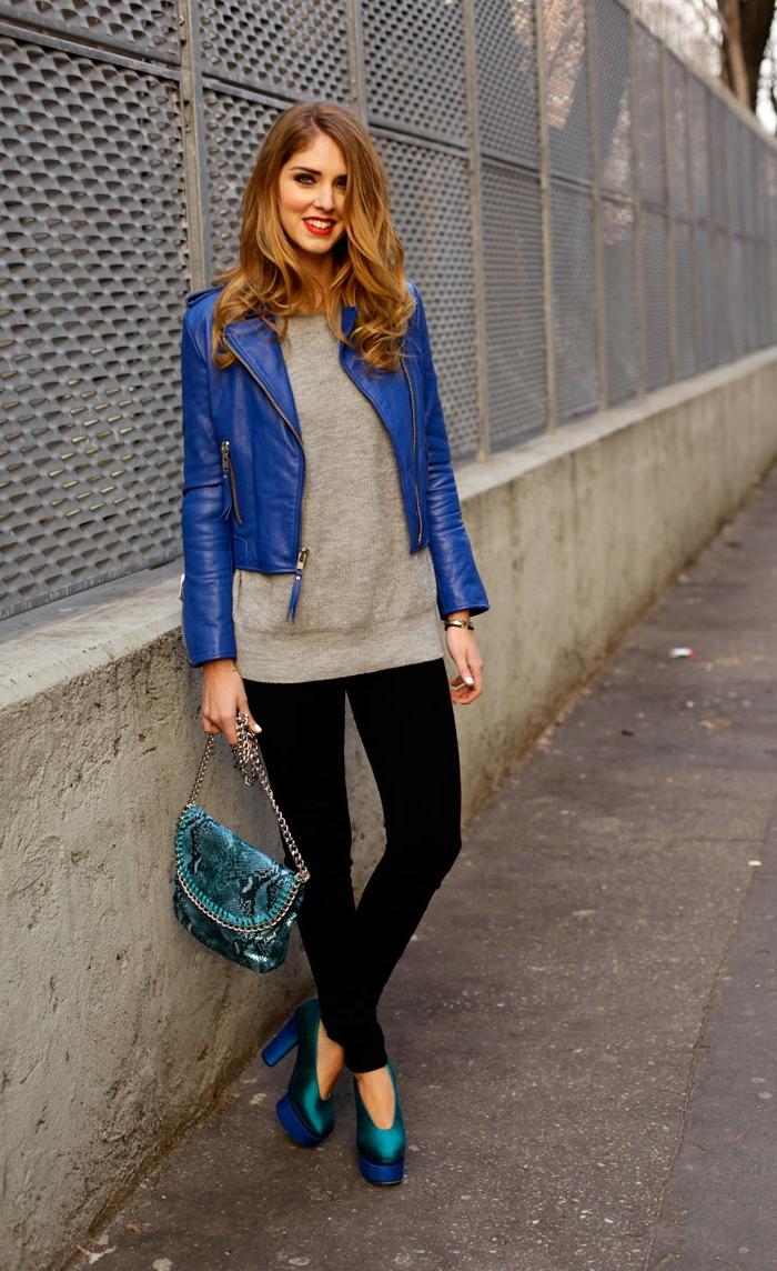 chaussure costume, blouse grise, veste en bleu, vetement noir, sac à main en motifs serpent, cheveux cuivrés