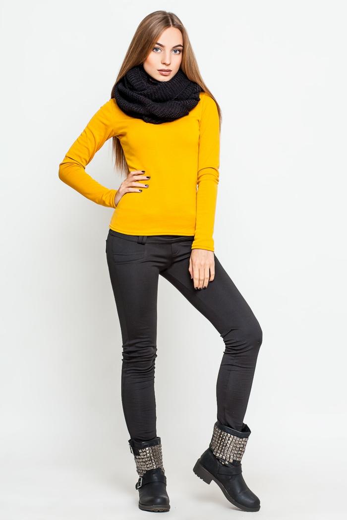 vetement noir, bottines noires avec studs, blouse en jaune moutarde, écharpe longue noire, manucure noire