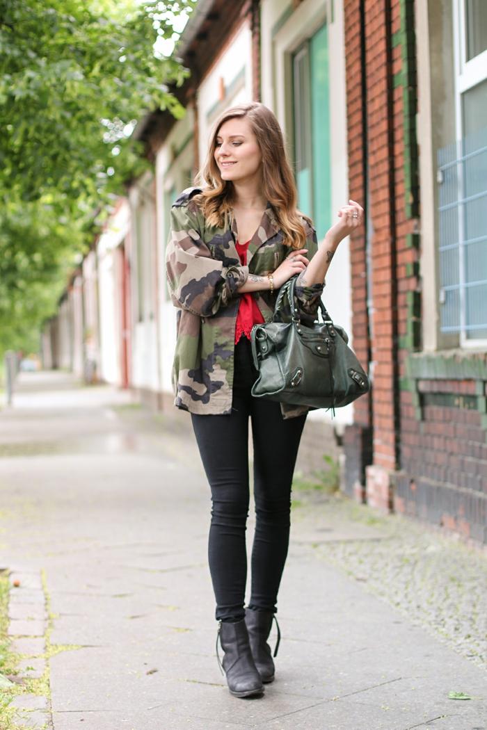 vetement noir, débardeur rouge, veste camouflage loose, sac à main en cuir vert, bottines noires