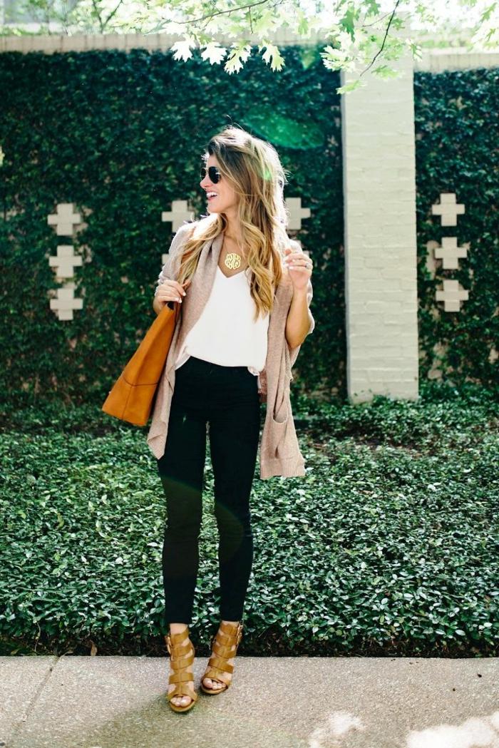 vetement noir, gilet beige, collier en or, lunettes de soleil noires, cheveux balayage, sandales kaki