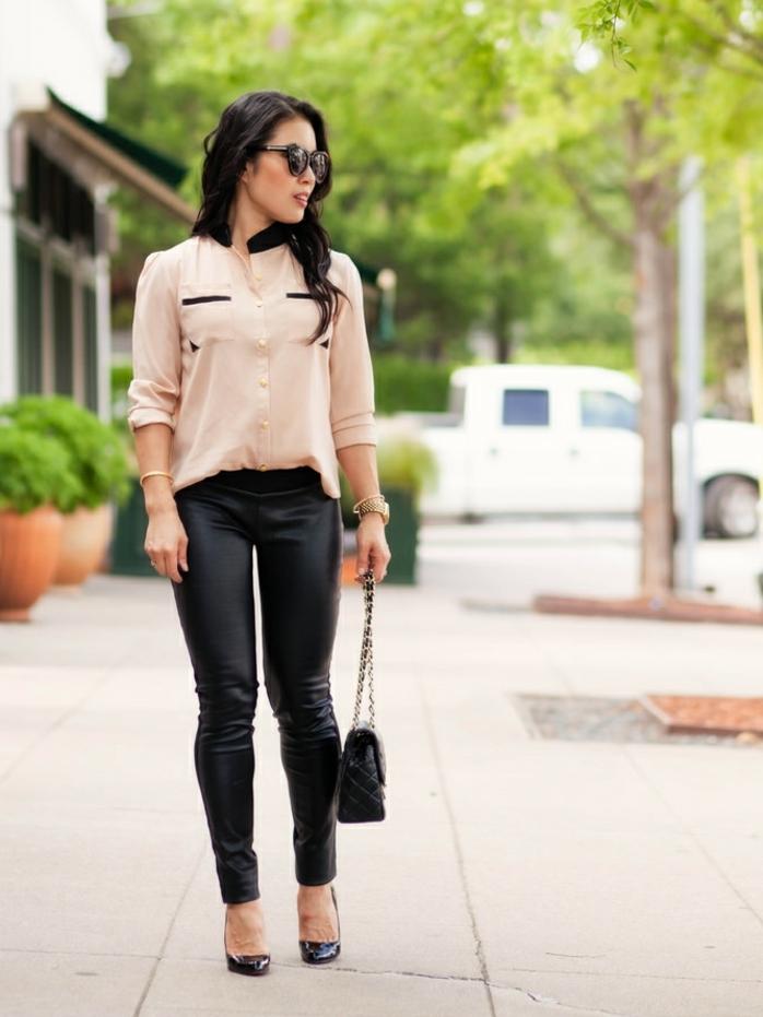 chaussure costume, pantalon noir, sac à main motifs carreaux, chemise beige avec col noir