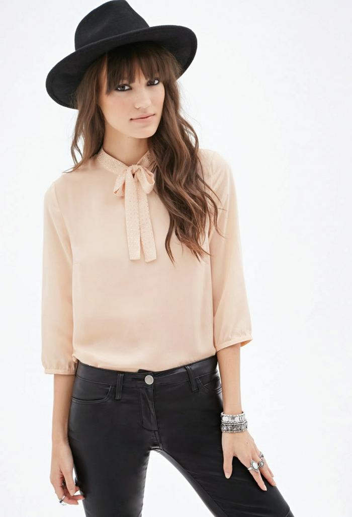 pantalon cuir femme, chapeau noir, bague en argent, manucure blanche, chemise beige