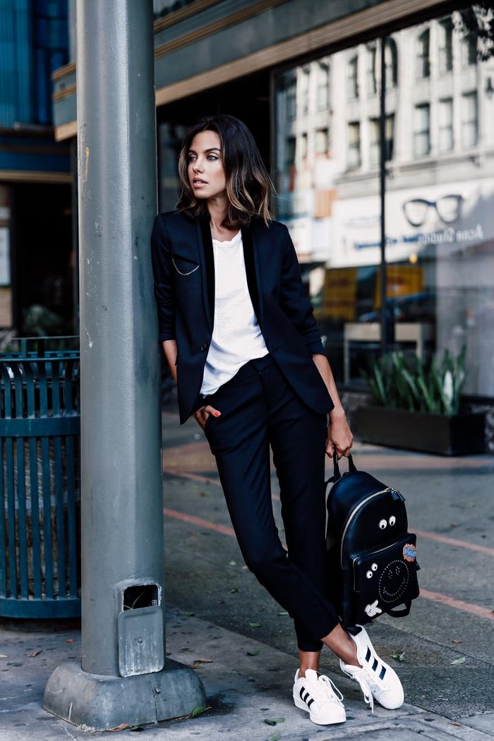 pantalon femme fluide, sac à dos noir, blazer noir, blouse blanche, manucure rouge, baskets blancs