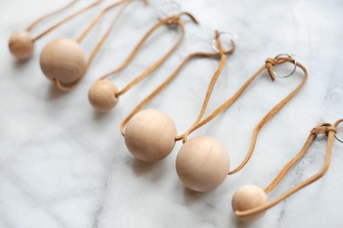 idée de porte-clé simple à réaliser avec perle de bois et lacet en cuir