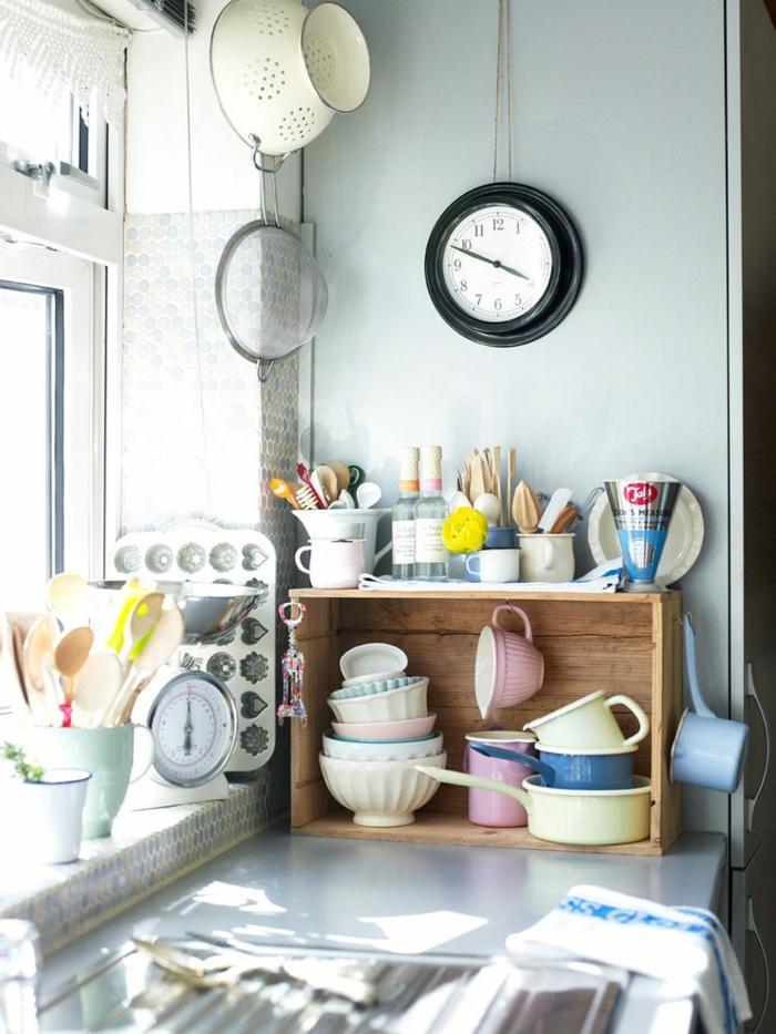 idée de cuisine rustique chic, vaissellier, coupelles, tasses à thé, ustensiles de cuisine, horloge vinatge, plan de travail gris, projet brico cagette en bois