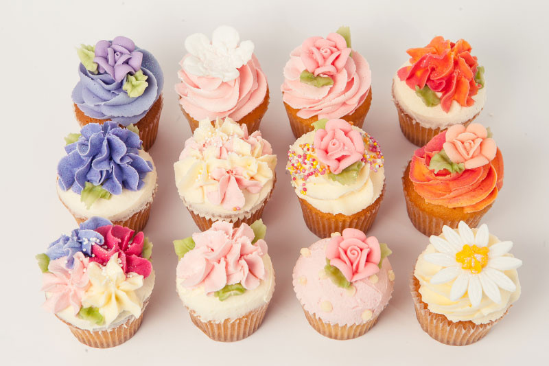 recette cupcake à la vanille, décoration motifs floraux, fleurs de couleurs diverses, cupcakes de mariage