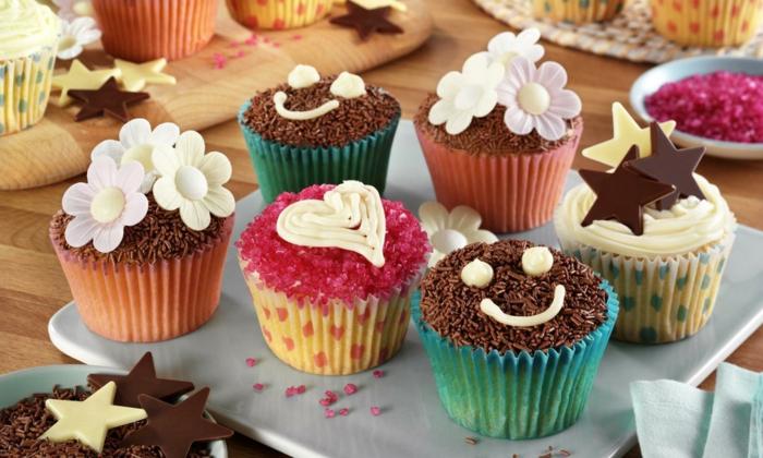 recette cupcake facile, idée de glacage et décoration intéressante, ;étoiles en chocolat, fleurs sucrés et vermicelles chocolat, decoration printaniere