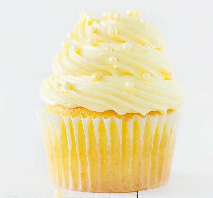 comment faire un cupcake soi meme, recette cupcake au citron avec glacage cupcake et perles comestibles, cupcake mariage