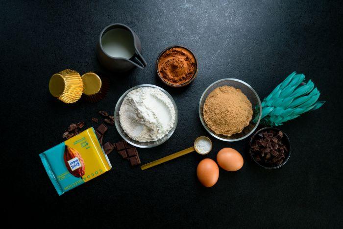 ingredients necessaires pour faire cupcake chocolat facile avec farine de blé entier, sucre de coco, cacao, oeufs et chocolat