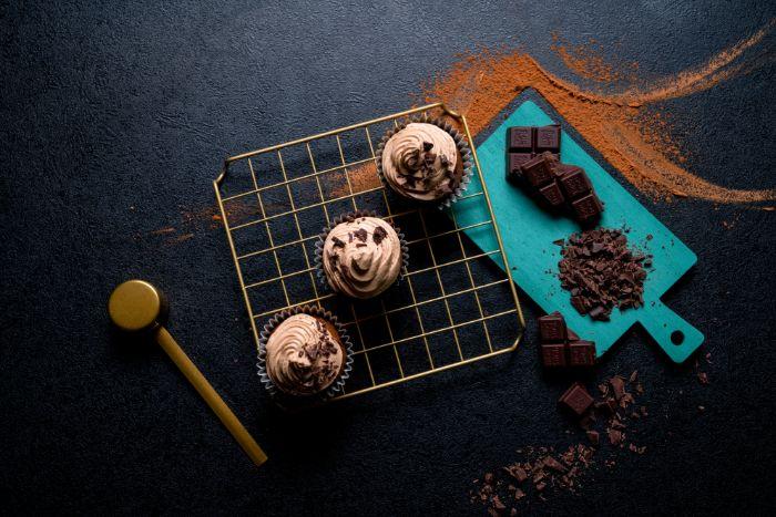 idee comment faire cupcake chocolat avec glacage cupcake creme de beurre de cacahuete et topping de chocolat