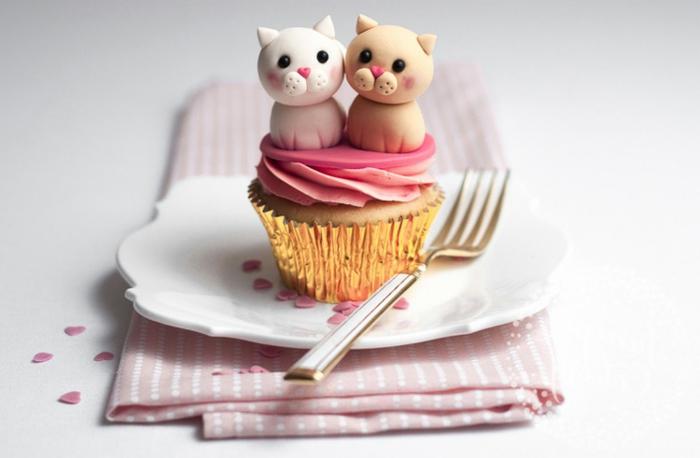 comment faire des cupcakes, glacage à la fraise, decoration figurines sucrés de chats, petits coeurs sucrés, dessert saint valentin