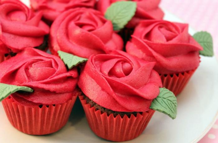 cupcake chocolat, glacage cupcake colorant rouge, decoration rose et feuilles vertes sucrés, dessert mariage