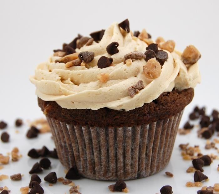 recette cupcake facile pour les amateurs du café, mocha cupcake avec espresso, glacage et decoration pépites de chocolat et noix