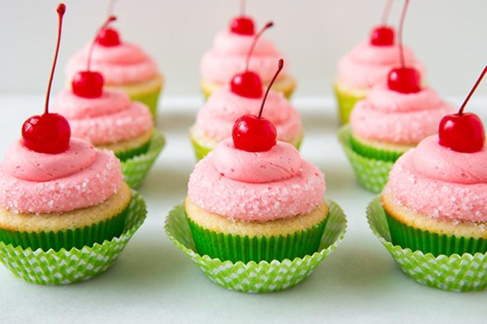 cupcakes a la vanille avec glacage cupcake cerise et decoration cerises sucrés, idée de dessert pour une fete