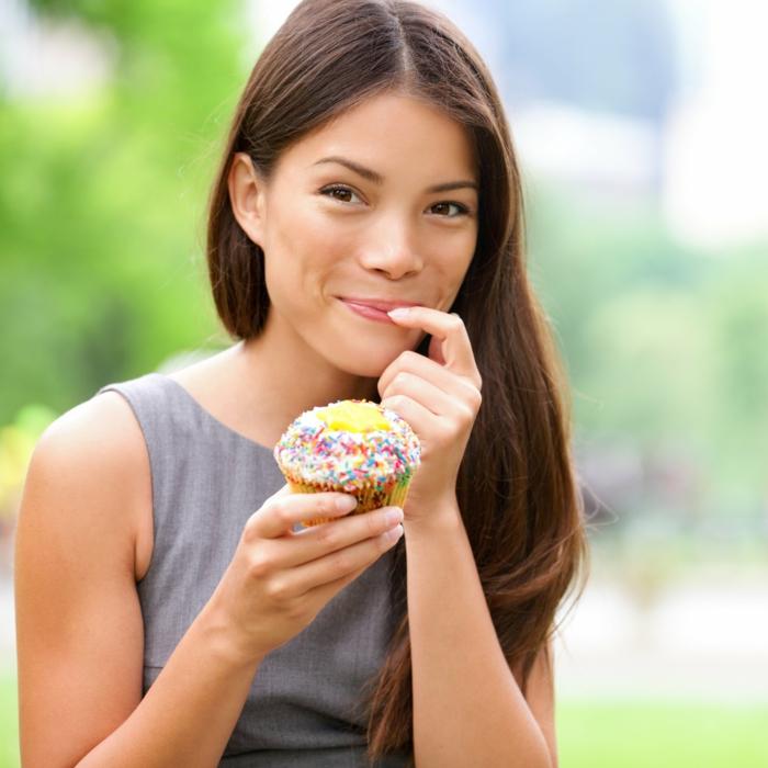 recette peu calorique, muffin jaune, robe grise, femme brune, cupcake à la vanille, nature