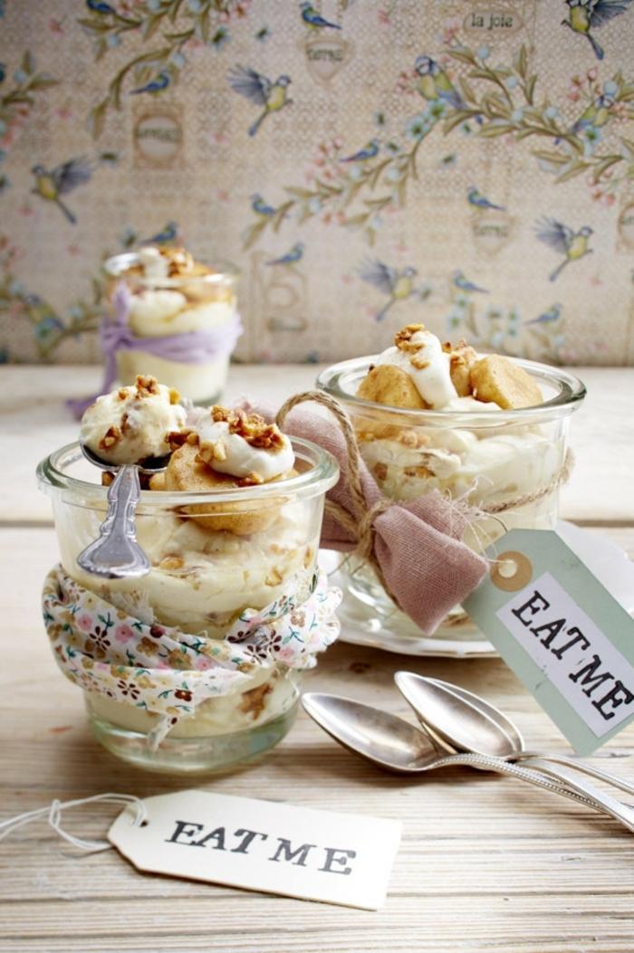 recette dietetique, table en bois, papier peint à oiseaux, récipient en verre, noix, crème fraîche