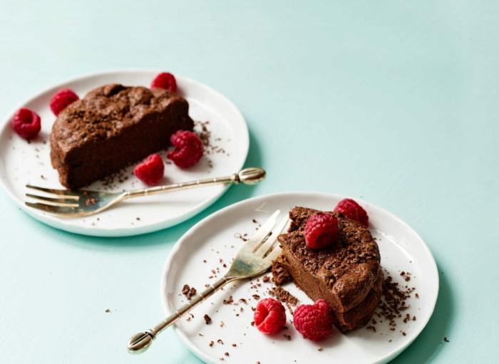 dessert leger, framboises, fourchette à dessert, nappe bleue claire, cake au chocolat