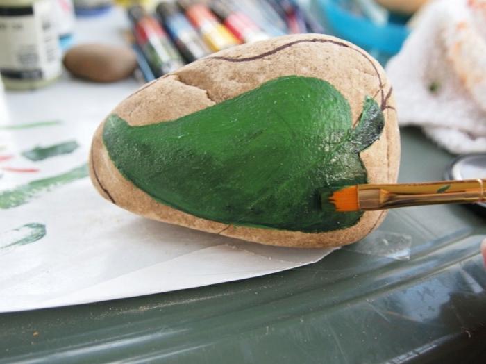 decoration de jardin a faire soi meme, pinceau, papier blanc, crayons, poivron vert dessin
