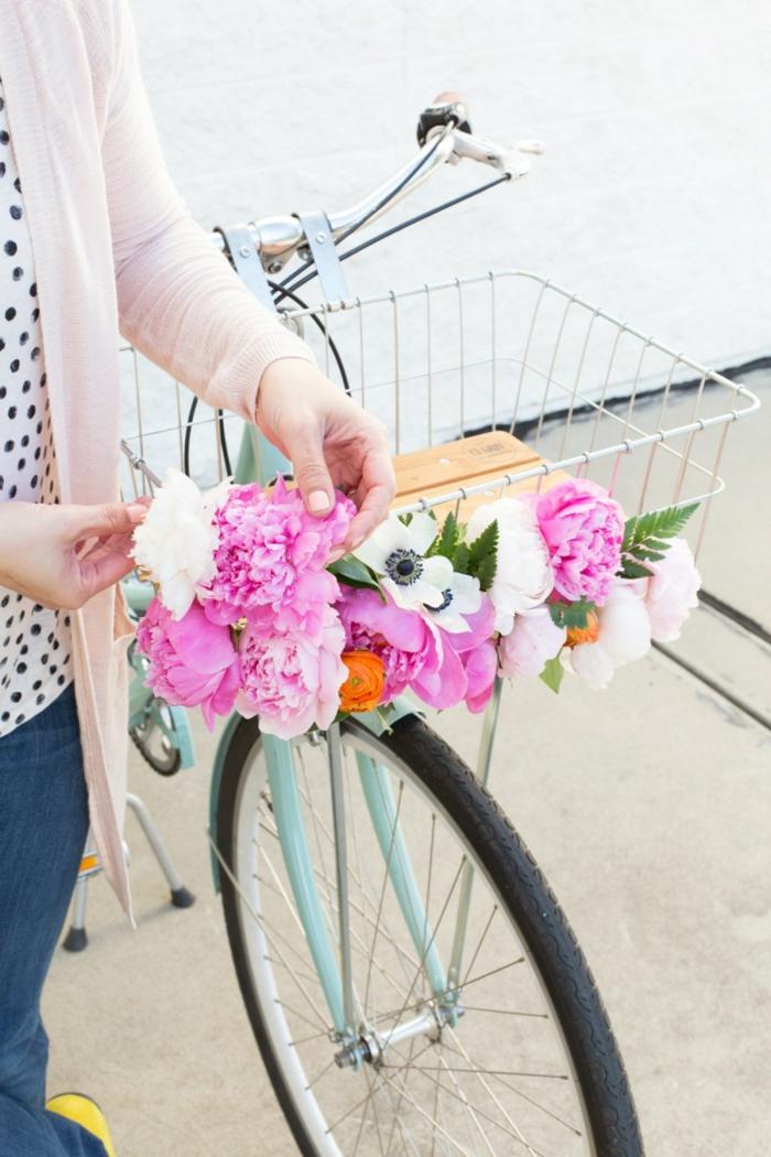 decoration exterieur de jardin, vélo customisé peint en bleu, projet diy, panier en fleurs, blouse blanche à pois noirs