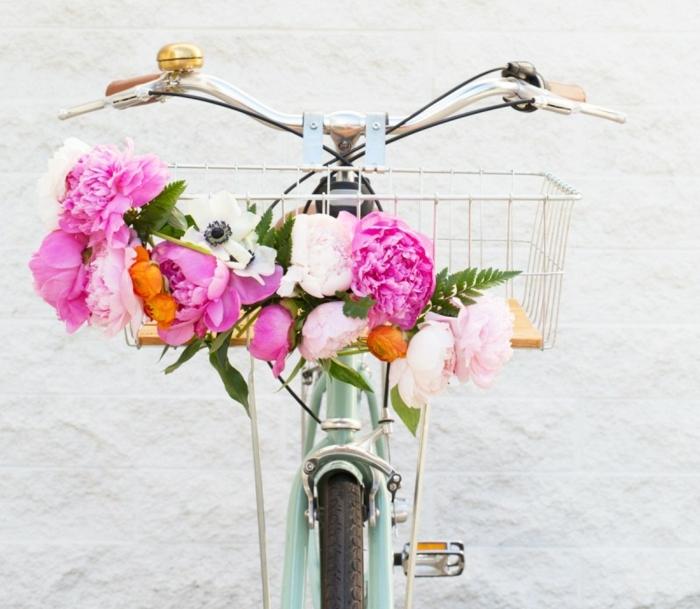 idee deco jardin, vélo bleu, panier en fleurs, murs en briques blanc, decoration de jardin a faire soi meme