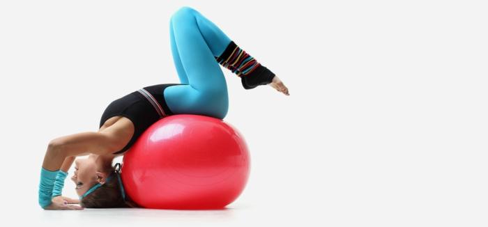 sport pour femme, headband turquoise, legging turquoise bleu, ballon gonflable rouge, aérobie