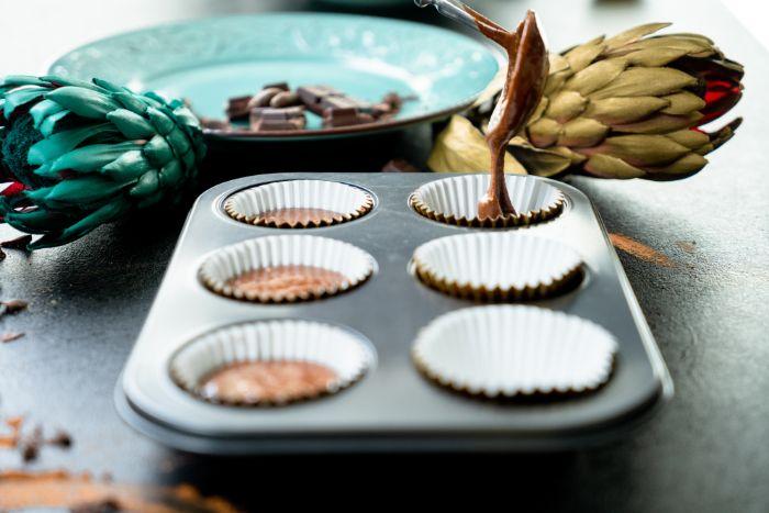 verser la pâte à cupcake chocolat dans le moule à muffins, comment faire dessert facile et rapide