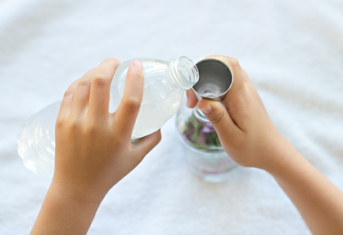remplir la bouteille d eau filtrée, herbes et fleurs fraiches, cadeau pour la fete des meres, comment fabriquer un parfum naturel