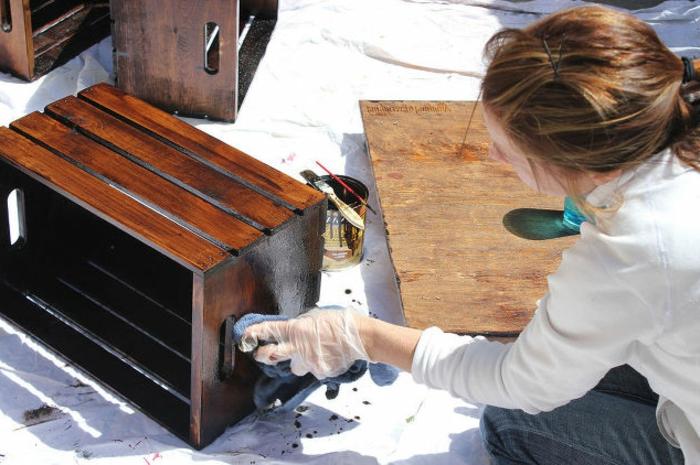 meuble en cagette, fabrication étape par étape, repindre les caisses de couleur marron, pinceau-éponge, caisse a pomme, projet decp