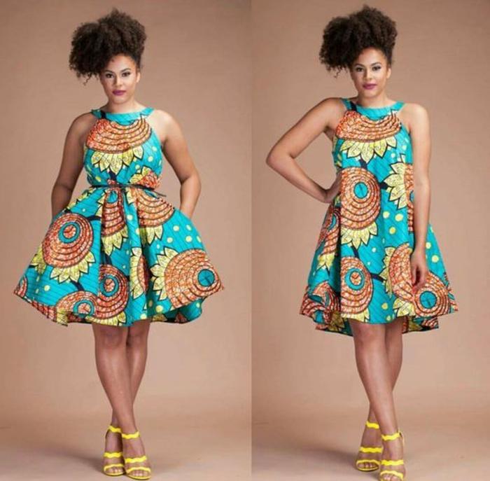 robe africaine wax, robe en bleu et beige, coiffure africaine, sandales jaunes